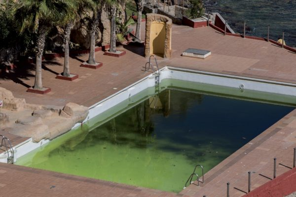 manchas en la piscina como eliminarlas